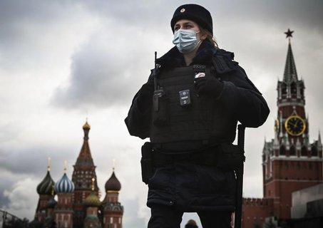 Eine Polizistin auf dem Roten Platz in Moskau.