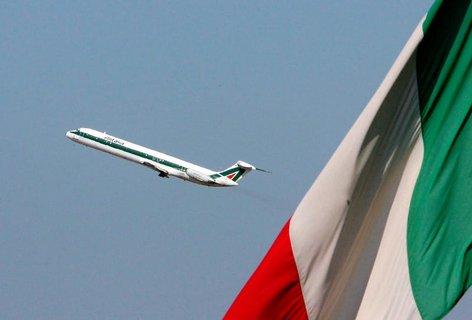 Eine Maschine der Alitalia startet am Flughafen Fiumicino.