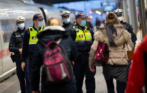 Innerhalb von nur zwei Monaten habe die Bundespolizei 145.000 Menschen ermahnt, weil diese den Mund-Nasen-Schutz entweder falsch oder gar nicht getragen hätten.