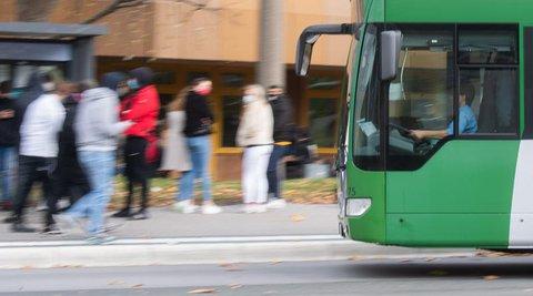 Mehr Schulbusse zur Entlastung des Nahverkehrs fordert SPD-Politiker Karl Lauterbach.