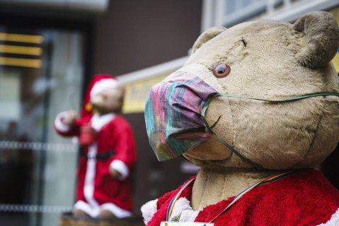 Weihnachtsdeko mit Mund-Nasen-Schutz.