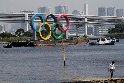Die olympischen Ringe hängen an einer Brücke in Tokio.
