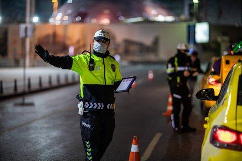 Polizisten kontrollieren die strenge Ausgangssperre in der Türkei.