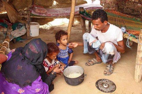 Eine notleidende Familie im Jemen (Archivbild)