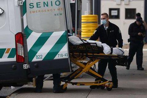 Medizinisches Personal liefert einen Patienten in einem New Yorker Krankenhaus ein.