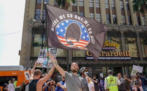 "Demonstrant mit ""QAnon""-Flagge in Los Angeles"