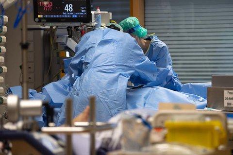 Ein Covid-19-Patient wird auf einer Intensivstation behandelt.