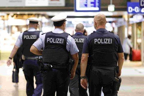 Polizeibeamte im Hauptbahnhof von Köln.