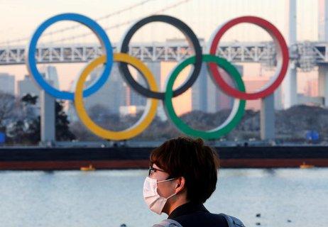 Die Olmypischen Ringe an einer Brücke in Tokio.