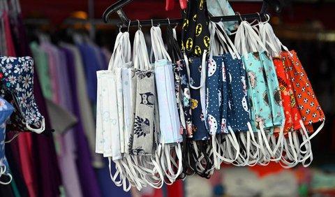 Stoffmasken werden an einem Marktstand angeboten.
