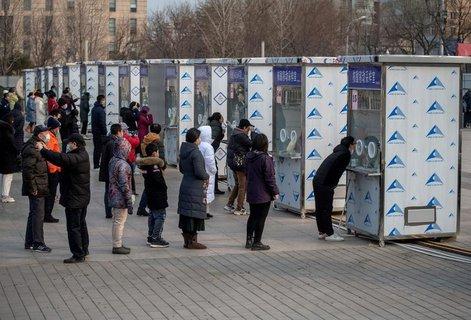 Menschen in Peking lassen sich testen.