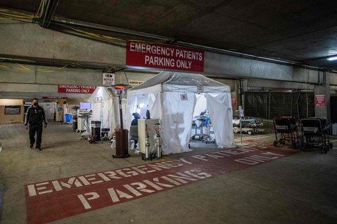 Provisorische Notaufnahme in der Tiefgarage einer Klinik in im kalifornischen Tarzana.