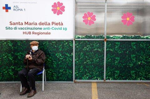 Ein Mann wartet in Rom vor einem Impfzentrum.
