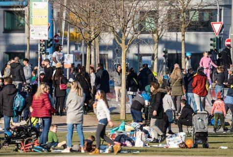 Party im Hafenpark in Frankfurt am Main.