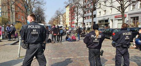Polizeikette an der Reichenberger Straße