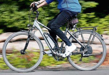 Bei fortgeschrittener Kniearthrose sind E-Bikes eine gute Alternative.