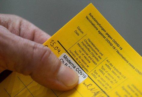 Ein echter Pass dokumentiert eine Impfung mit Moderna.