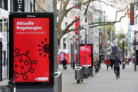 Anzeigetafeln in der Kölner Fußgängerzone.