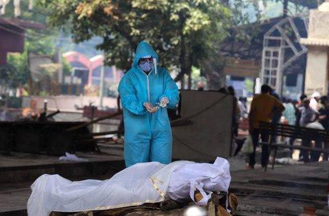 Letzte Ölung eines Corona-Toten in Neu-Delhi.