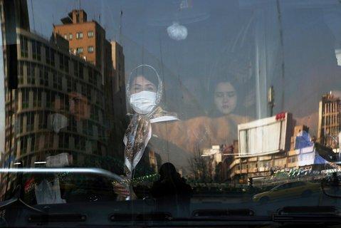 Frauen schützen sich in einem Bus in Tehran mit Masken.