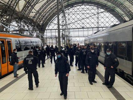 Polizei löst Kleingruppen am Dresdner Hauptbahnhof auf.