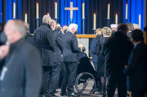 In der Kirche waren auch Bundespräsident Steinmeier und Kanzlerin Merkel.