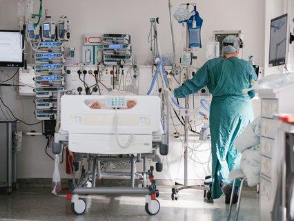 Eine Intensivpflegerin versorgt einen Covid-Patienten.