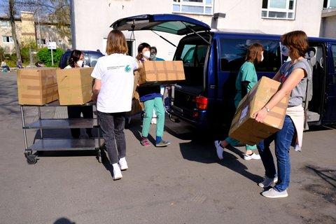 Ausladen der Hygienetüten vor der Notfallambulanz der Berliner Stadtmission in der Lehrter Straße