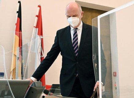 Dietmar Woidke (SPD), Ministerpräsident von Brandenburg, steht bei der Sitzung des Untersuchungsausschusses zur Corona-Krisenpolitik der Brandenburger Landesregierung.