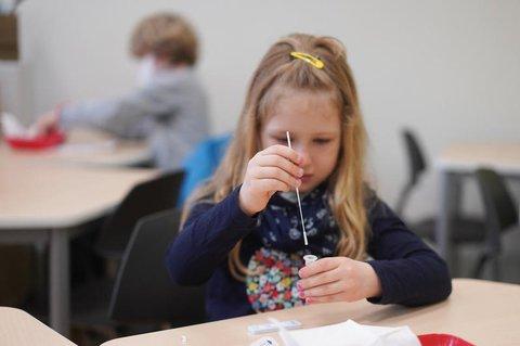 Kinder sollten die Zeit in der Schule nicht mit Selbsttestungen, sondern mit Unterrichtsstoff verbringen, fordert die CDU.