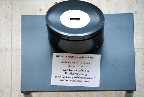 Die Abstimmungsurne im Bundestag