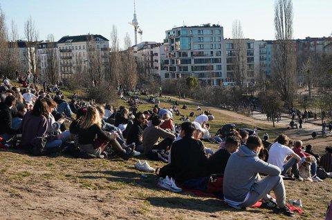 Menschen genießen die Frühlingssonne