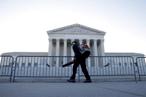 Ein Arbeiter reinigt den Bereich vor dem Supreme Court