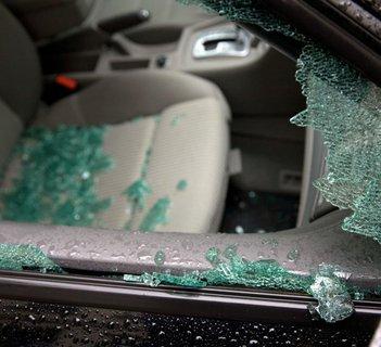 Eine Seitenscheibe wurde eingeschlagen, um Dinge aus einem Auto zu stehlen.
