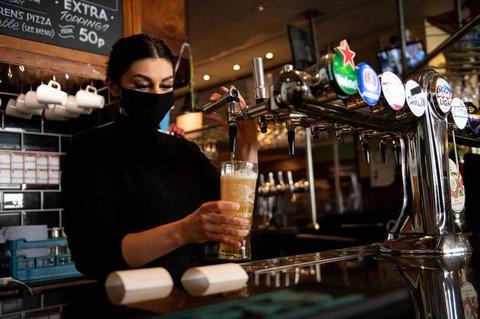 In England sind unter anderem Pubs wieder geöffnet.