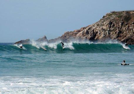 Die Algarve zieht Surfer und Urlauber aus aller Welt an.