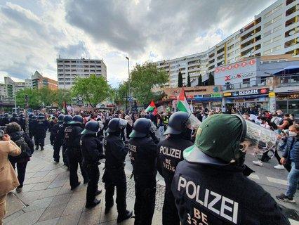 Die Demo vom Oranienplatz erreicht jetzt das Kottbusser Tor.  Die Polizei hat ihre Helme mittlerweile aufgesetzt.  Bevor es in Richtung Neukölln weitergeht, gibt es hier eine Kundgebung.