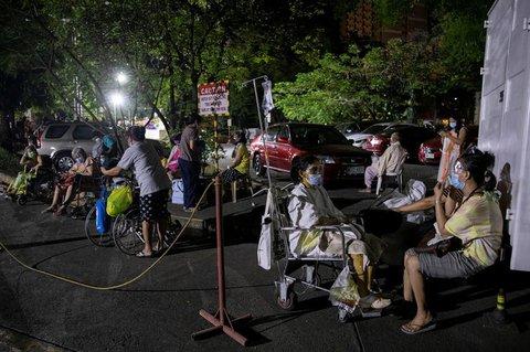 Viele Patienten in Manila wurden ins Freie gebracht.