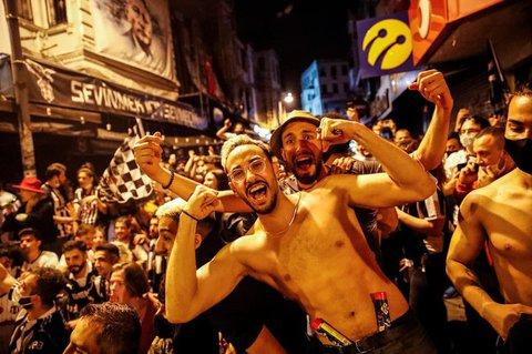 Ohne Masken, ohne Abstand: Besiktas-Fans in Istanbul.
