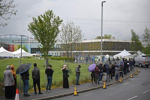 Menschen in Bolton warten auf ihre Impfung.