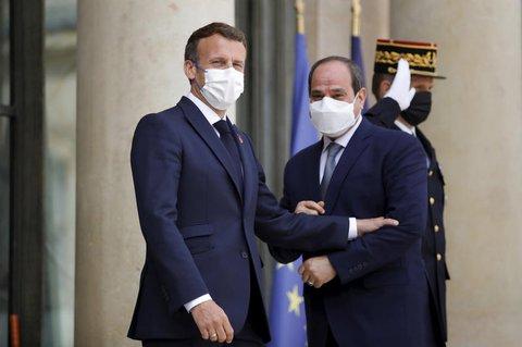 Emmanuel Macron(l), Staatspräsident von Frankreich,  begrüßt Abd al-Fattah as-Sisi, Präsident von Ägypten