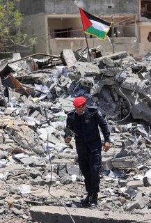 Ein palästinensischer Polizist untersucht Schäden im Gazastreifen.