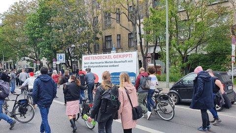 Werbeplakat am Straßenrand