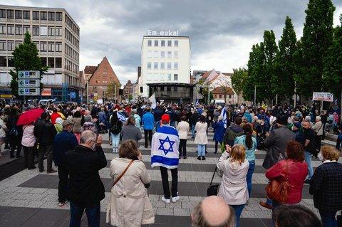 Zahlreiche Menschen nehmen an der Kundgebung