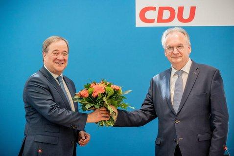 Glückwunsch: Parteivorsitzender Armin Laschet gratuliert Reiner Haseloff.