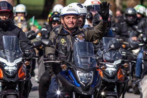 Ohne Maske beim Motorrad-Korso: Brasiliens Prässident Bolsonaro muss eine Strafe zahlen.