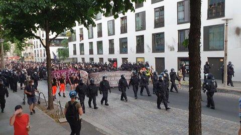 Demo in der Rigaer Straße, kurz vor der Rigaer 94