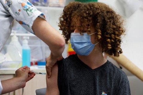 Ein Jugendlicher bekommt eine Impfung.