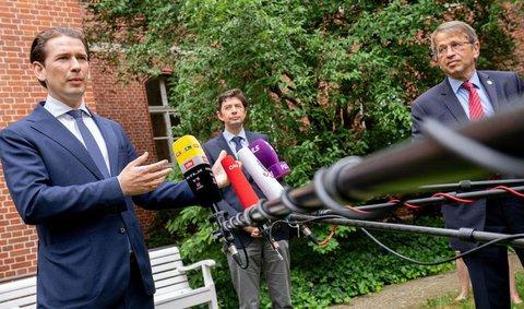 Sebastian Kurz (l-r), Bundeskanzler von Österreich, Christian Drosten, Direktor des Instituts für Virologie an der Charité, und Hayo Kroemer, Vorstandsvorsitzender der Charite