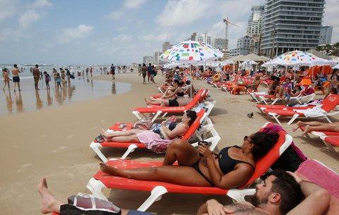 Menschen liegen am Strand von Tel Aviv.